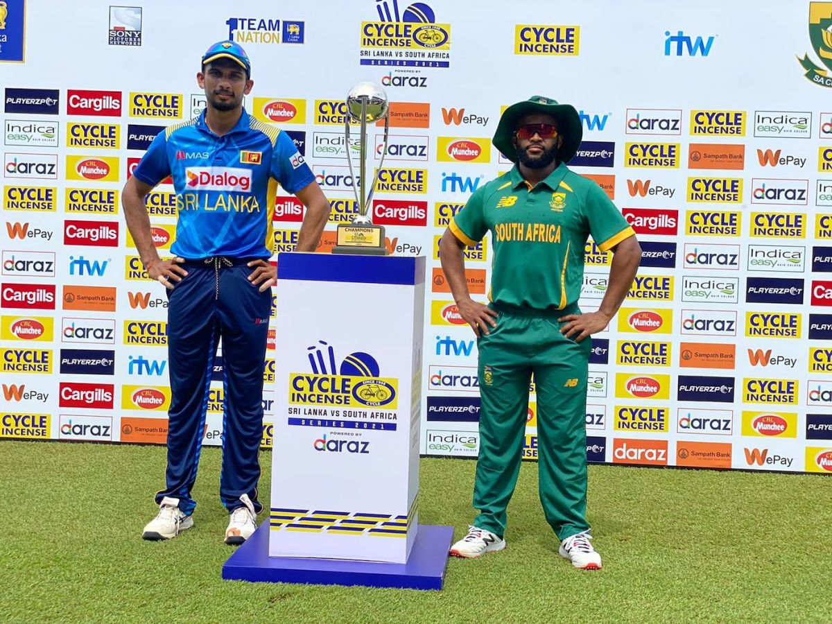 Dasun Shanaka and Temba Bavuma pose with the trophy, Sri Lanka vs South Africa, 1st ODI, Colombo, September 2, 2021